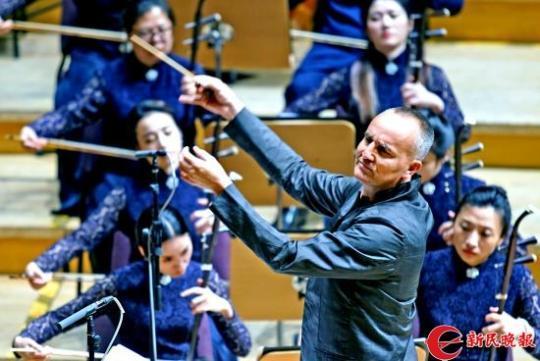 老锣在指挥上海民族乐团演奏2-郭新洋.jpg