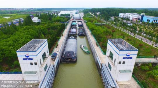 7月2日,小吨位船只正在通过京杭运河山东台儿庄船闸。