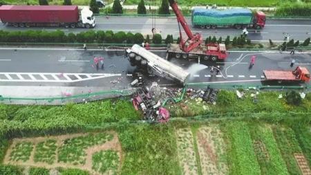 京港澳高速车祸亲历者:两车相撞一声巨响,我第一个爬出来