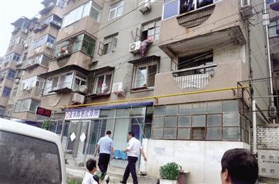 87岁老太颤巍巍站在2楼防盗窗上 她要干吗?