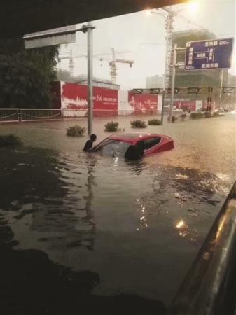 大雨中奶奶欲背孙女�水回家 城管见状立即开车
