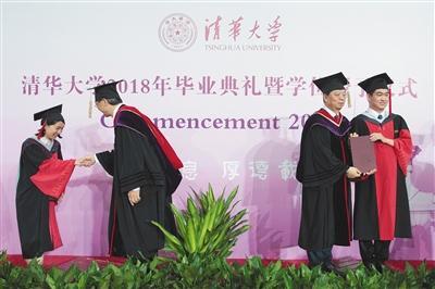 清华大学研究生毕业典礼举行 毕业博士生