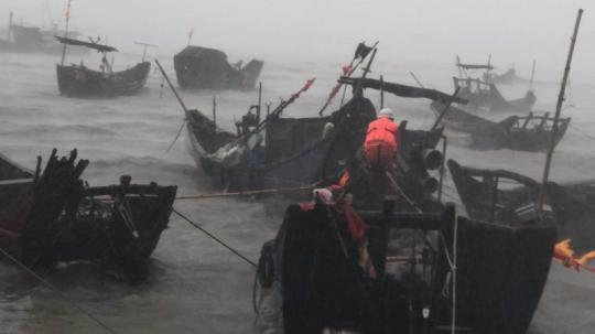 連江漁民被困漁船消防官兵14級大風中營救