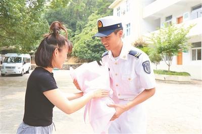 """无名小伙救人不图回报 """"网红""""英雄就是身边战友-智慧漳州-军事新闻"""