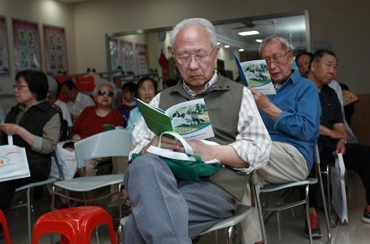 老年人们在活动现场.JPG..jpg