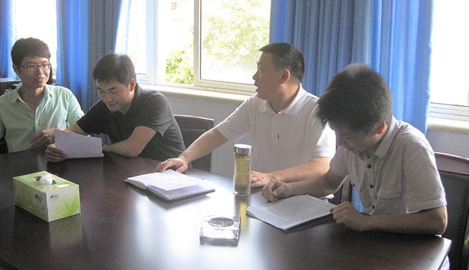 石碧(左三)与学生讨论问题