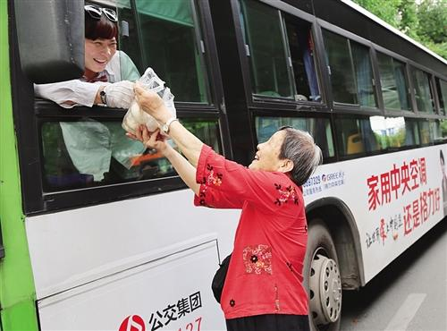 """爱心奶奶""""毛美滨:为公交司机免费送餐十四载"""