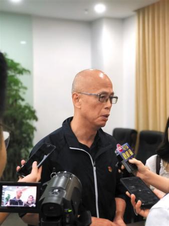 陈小钢接受媒体记者采访   文图 羊城晚报记者 罗仕 实习生 李