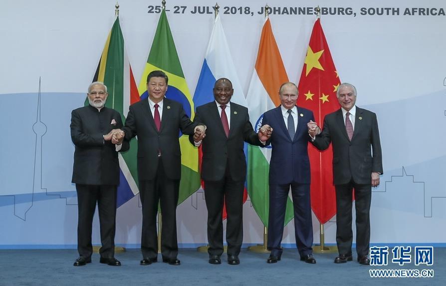 7月26日,金砖国家领导人第十次会晤在南非约翰内斯堡举行。南非总统拉马福萨主持。中国国家主席习近平、巴西总统特梅尔、俄罗斯总统普京、印度总理莫迪出席。这是五国领导人合影。新华社记者 谢环驰 摄