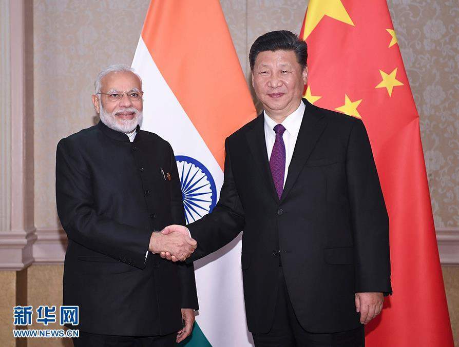 7月26日,国家主席习近平在南非约翰内斯堡会见印度总理莫迪。 新华社记者 燕雁 摄