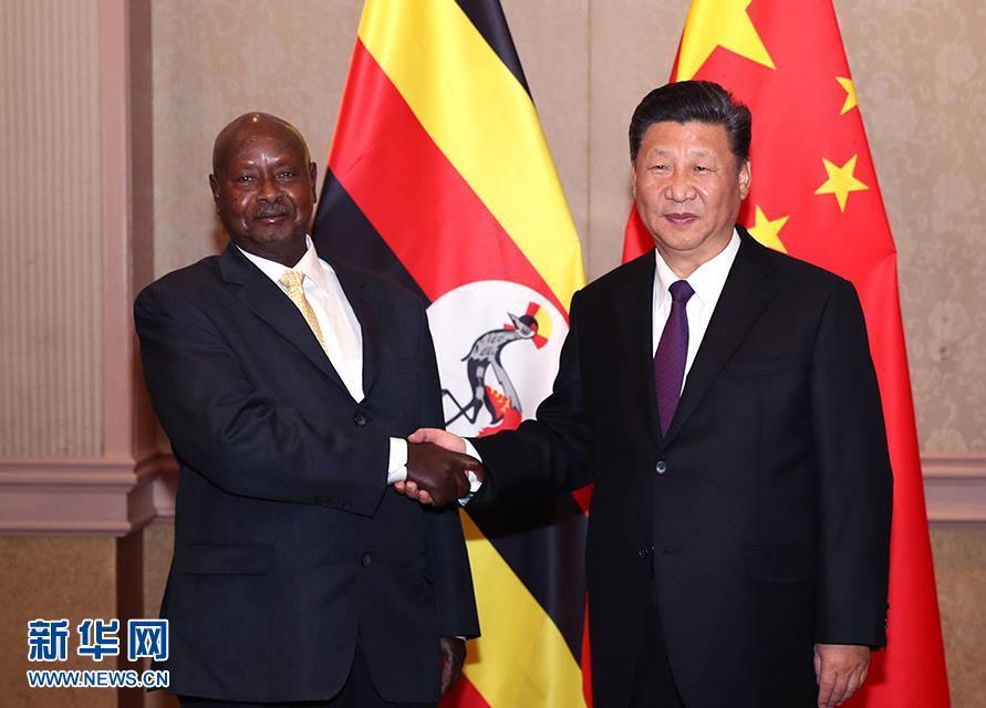 7月26日,国家主席习近平在南非约翰内斯堡会见乌干达总统穆塞韦尼。 新华社记者 廖宇杰 摄