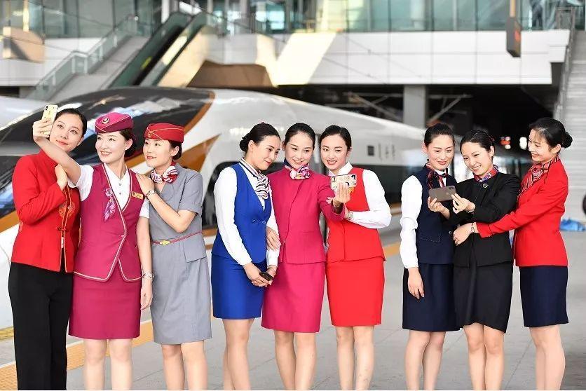 """7月18日,在天津站,""""动姐""""们身穿第一至第九套京津城际乘务员制服在拍照留念。新华社记者 李然 摄"""