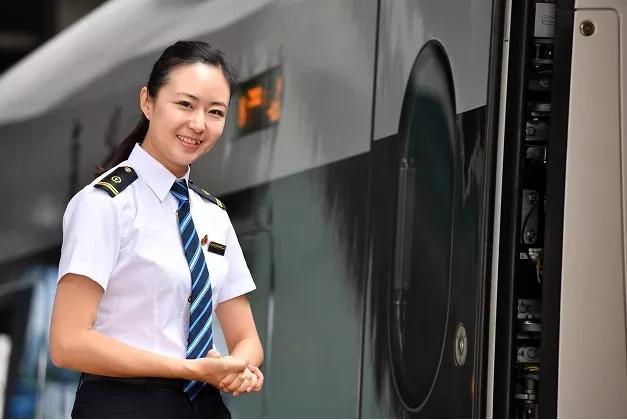 7月10日,徐颖在天津站正欢迎旅客登车,她曾是2008年京津城际首发列车长。新华社记者 李然 摄