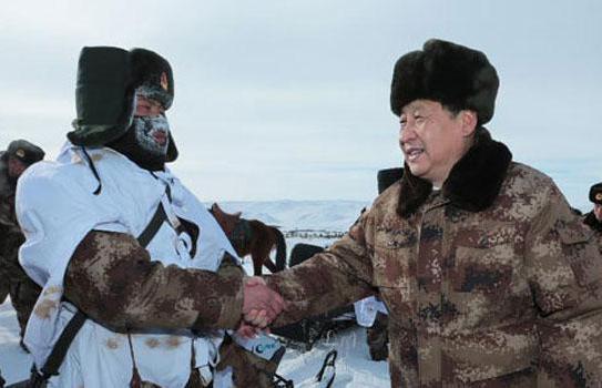 2014年1月26日,习近平来到祖国边疆的内蒙古阿尔山,冒着零下30多度的严寒慰问在边防线上巡逻执勤的官兵。来源:新华社