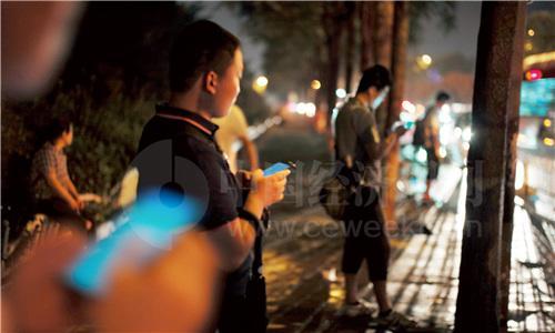 44 北京西二旗的夜晚,使用网约车、拼车上下班成为不少人的选择之一。《中国经济周刊》首席摄影记者 肖翊 摄