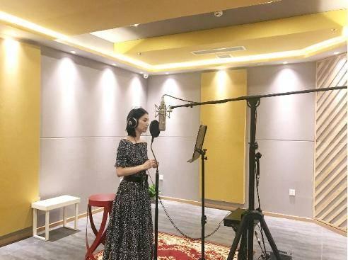 黄圣依发布新歌录制花絮 生活经历激发创作灵感