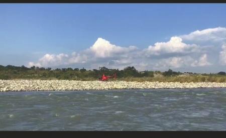 直升机跑赢急流 河心岛救他上岸