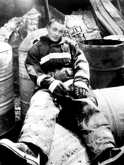 从军12年参与抢险3000余次 消防员回乡探亲救人牺牲