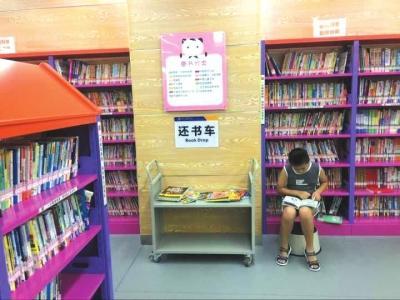 """暑期恋上""""泡馆""""_四川有学生读者朝九晚五不缺席"""