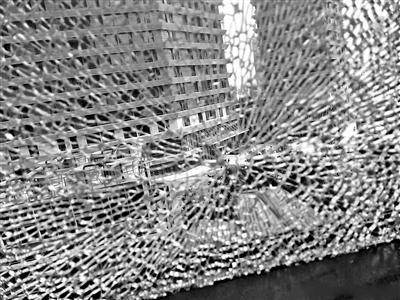 通州一写字楼玻璃接连炸裂