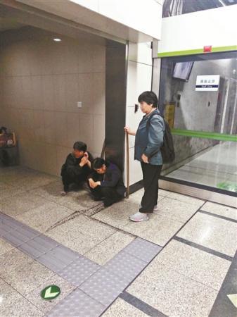 地铁组团行乞记:在地铁卫生间换装 两小时赚百余元