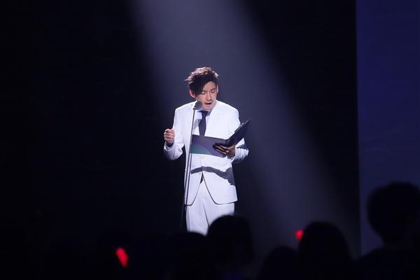 张博穿白西装亮相舞台 用声音演绎经典爱情片段