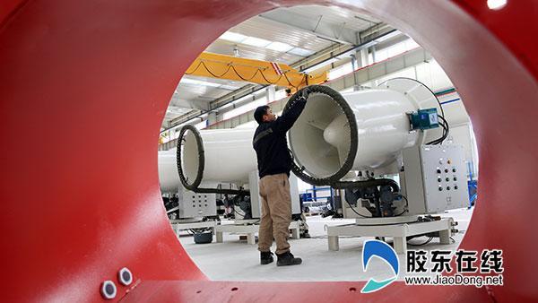 秦皇岛首创思泰意达环保科技有限公司技术人员在安装远程射雾器产品