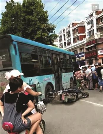 """乘客嫌司机""""��嗦""""上前猛推 致公交车失控撞上电动车走马章台"""