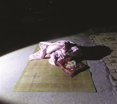 奇葩老爸为省电费 带儿子睡马路酿事故非你莫属 王贝贝