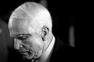 麦凯恩 资深政客放弃治疗去世