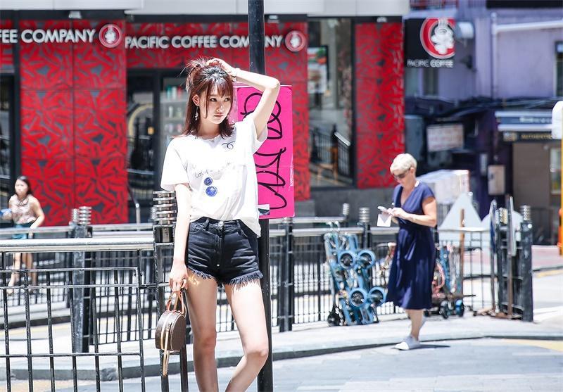 李昕岳街拍 风格清新表情活泼可爱