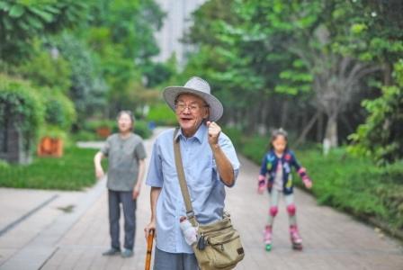 """83岁""""极客"""":爱上互联网当多个群群主 用云修族谱"""