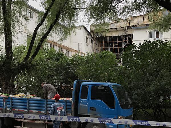 哈尔滨火灾亲历者:没找到消防斧 徒手砸玻璃求生