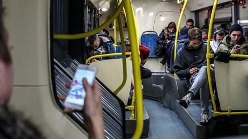 当心玩手机玩到没朋友 英媒:使用手机应遵五点建议