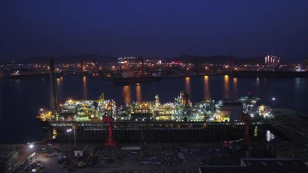 这是舾装码头夜景。王成岩 摄