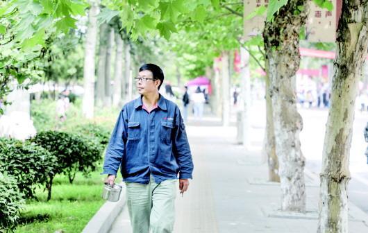 51岁泥瓦匠带着刷墙工具上大学