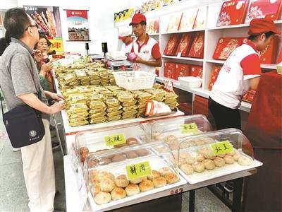"""月餅今年流行現烤現賣 部分超市搭建""""月餅作坊"""""""