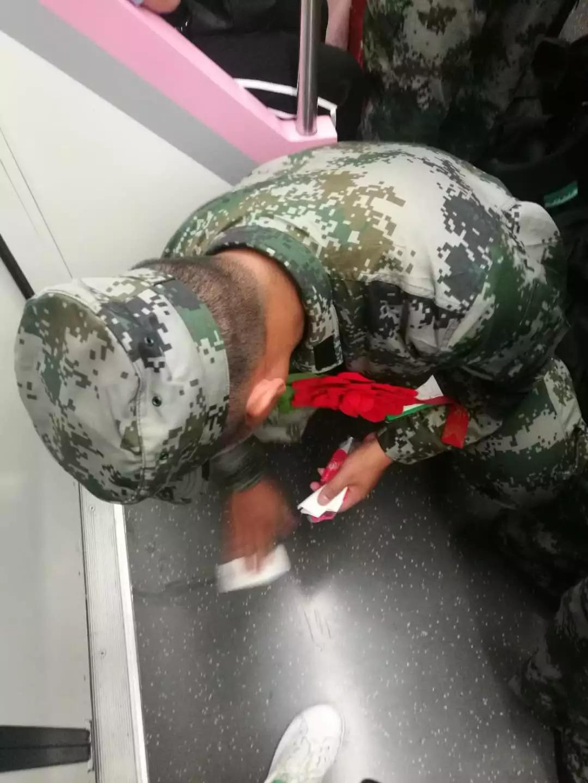 乘客地铁吐痰,新入伍兵哥哥做了一个动作……