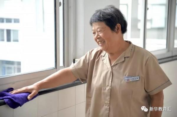 9000多元摆在面前,这位高校保洁员阿姨的常规操作暖心了!