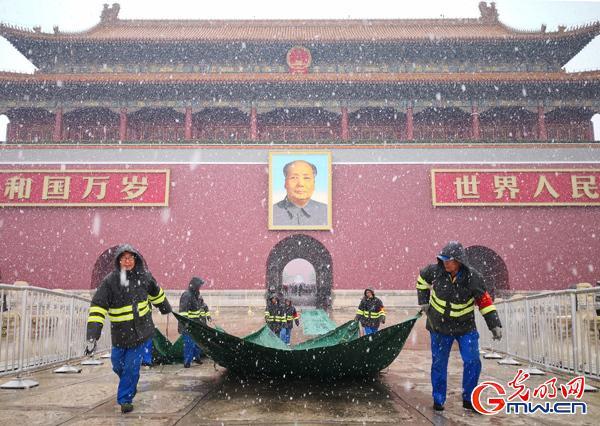 """【中国梦 践行者】这样一群早出晚归的""""马路天使"""",扮靓天安门广场迎国庆丨动图"""