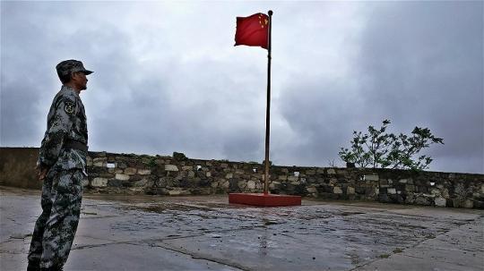6. 2018年7月27日,王继才在执行巡逻任务时突发疾病牺牲。海岛驻守的任务交接到9位民兵志愿者到手中。 王继才的名字,仍然会出现在每天早上5点的升旗仪式中。这是中国军人缅怀牺牲同袍的最高礼节之一。摄影:杨舒鸿吉