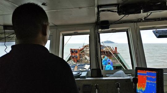 2. 开山岛位于连云港市灌云县燕尾港海道道一侧。每次经过这片水域时,渔船船长程继刚心里都觉得踏实。因为海道上的一举一动,在开山岛上都一览无余,也意味着一旦发生事情,岛上可以第一时间看到并组织施救。从某种程度上说,开山岛是过往渔船的守护神。摄影:杨舒鸿吉
