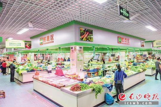 雨花区积极推进人民满意农贸市场建设,新建成的农贸市场内环境整洁、菜品丰富,倍获市民点赞。  均为陈飞摄