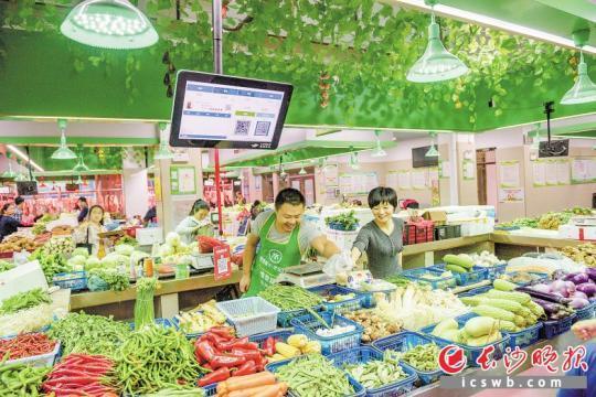 雨花区打造的智慧农贸市场内,小小的电子屏能报菜价能溯源,让市民买菜更方便。