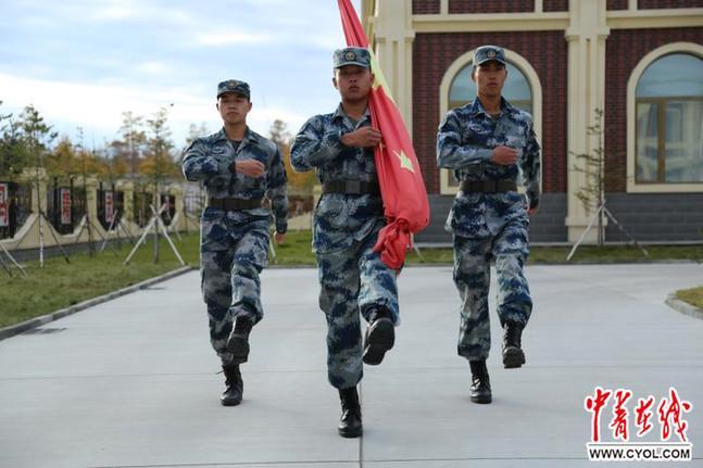 """驻守""""神州北极""""的雷达兵升国旗为可以开外挂的传奇私服祖国庆生"""