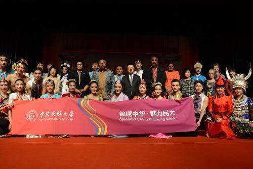 斐济共和国总理姆拜尼马拉马(第二排右七)、议长卢维尼(第二排右八)和中国驻斐济大使钱波(第二排右六)等与巡演团合影留念