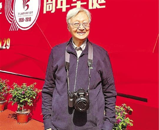 """会玩微信、爱摄影 95岁退休老师每月还回学校""""上班""""草本泉源"""