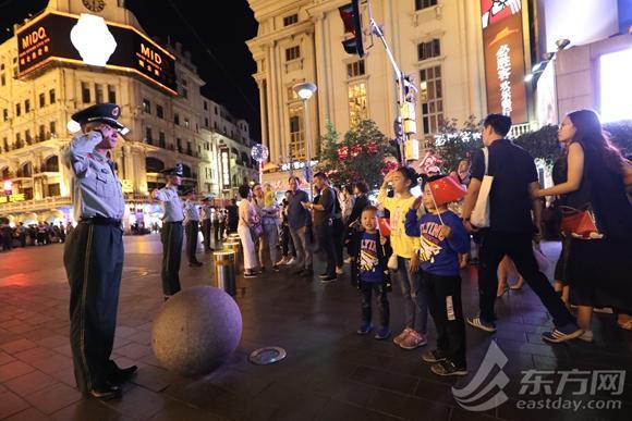"""上海武警用身体组成""""人墙"""" 保障车辆人"""