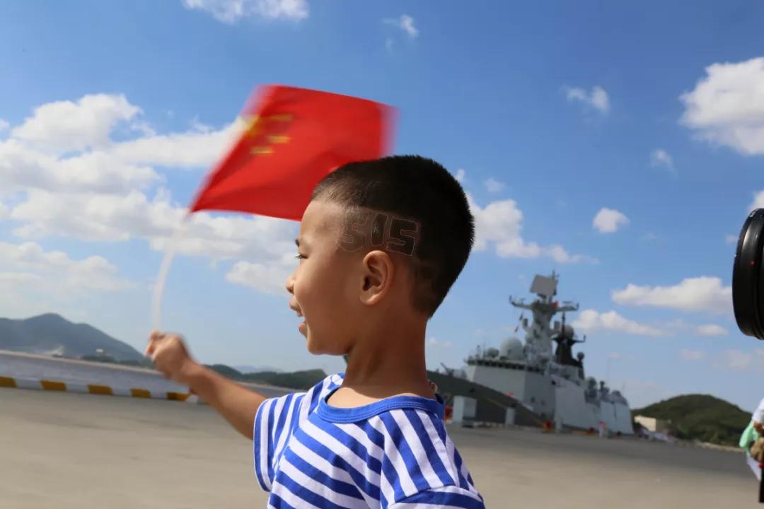 贴退烧贴接爸爸的孩子:我们永远无法估量军属心中的思念