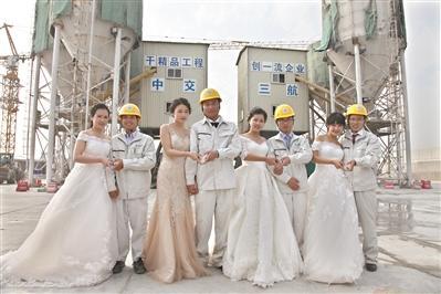 """工地上的集体婚礼:""""打桩哥""""的爱情之桥"""